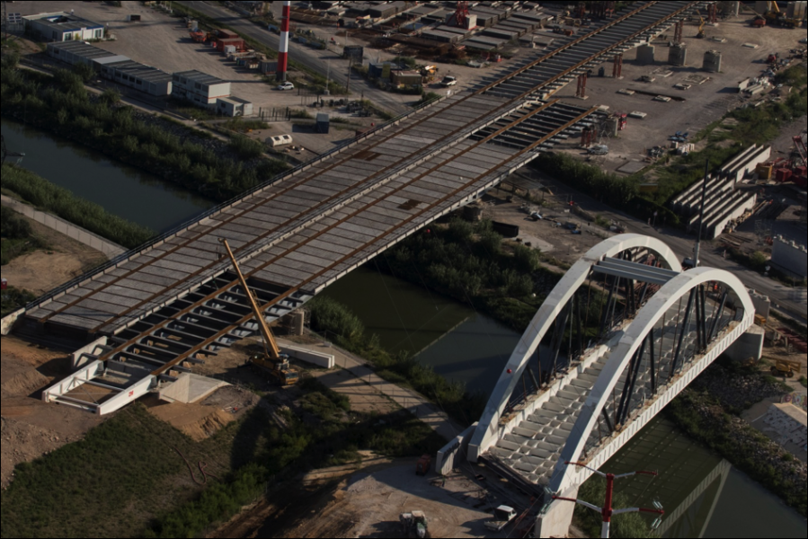 La construction du viaduc Lez-Lironde à coté de la future ligne du TGV